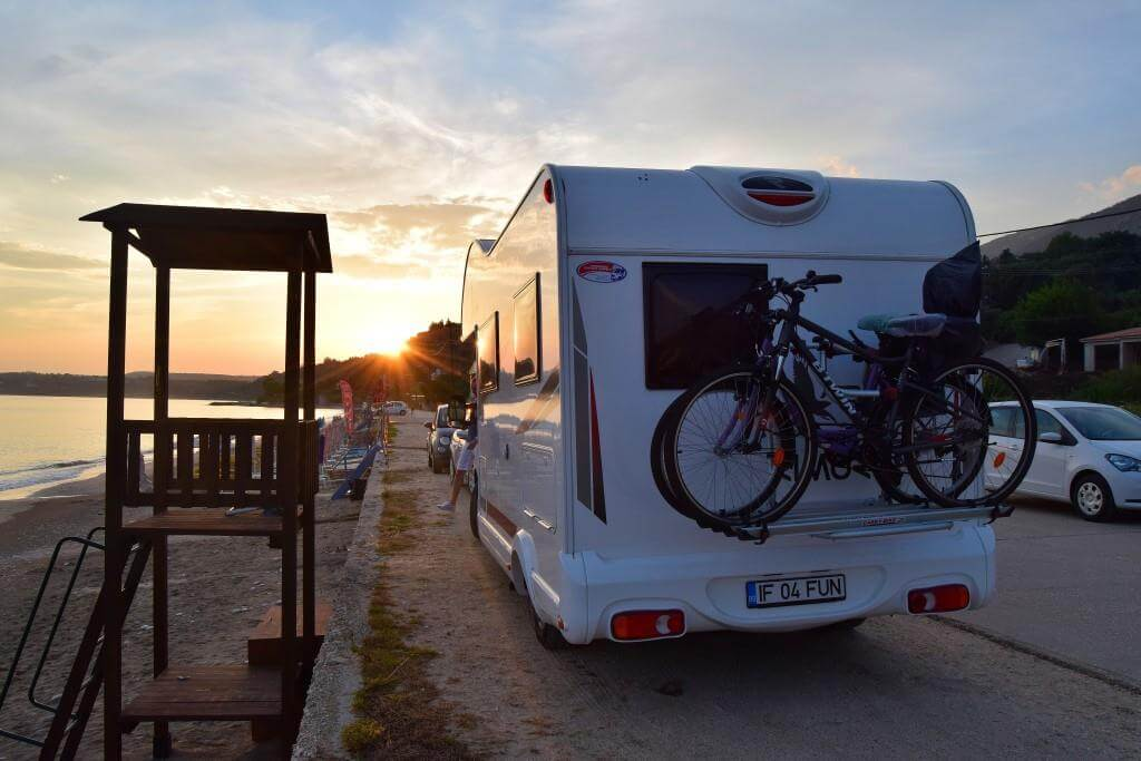 fun_camper_travel_greece_beach_autorulota_back_view_sea